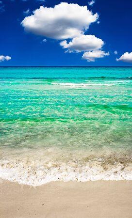 sardaigne: Mer claire et plage de sable fin  Banque d'images