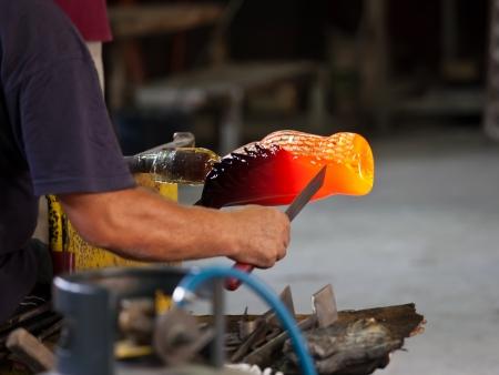 Foukač skla tvořit krásný kus skla, Murano, Benátky, Itálie