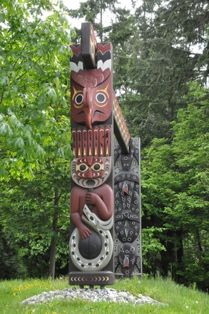 the totem pole: Totem Pole in Stanley Park, Vancouver in Canada