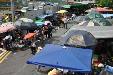 synoniem: SINGAPORE - 16 augustus Sungei Road in Singapore zoals te zien op 16 augustus 2012 Sinds de jaren 1930, heeft deze weg synoniem met de Thieves Market, de grootste en oudste rommelmarkt in Singapore geweest