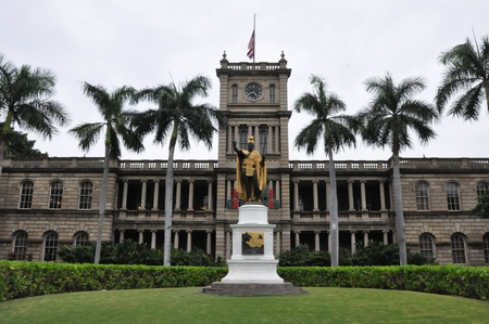 hale: King Kamahameha Statue in front of Aliiolani Hale in Oahu, Hawaii