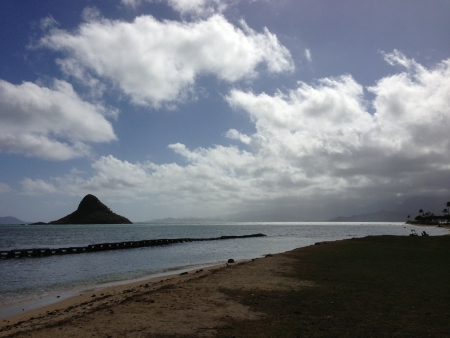 windward: Mokolii, also known as Chinaman s Hat, a well-known landmark island off the windward coast of Oahu, Hawaii