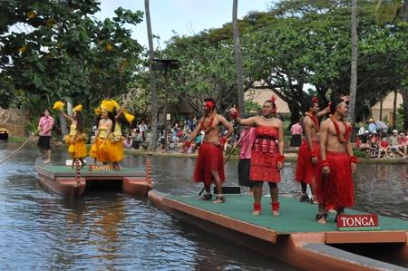 Studenten führen traditionelle Tänze auf einem Kanu Festzug am Polynesian Cultural Center in Oahu, Hawaii Standard-Bild - 27693524