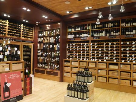 Wijn winkel op Dubai Duty Free op de internationale luchthaven in Dubai, Verenigde Arabische Emiraten Redactioneel