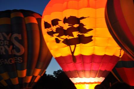 inflation basket: PLAINVILLE, CT - 28 de agosto: Resplandor del globo en la oscuridad en el 2015 Plainville Fire Company festival del globo de aire caliente, celebrada del 28 al 30 08, 2015. Miles de personas asistieron a este festival en su 31o a�o.