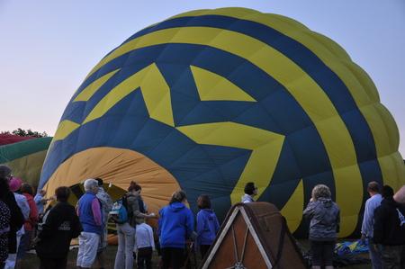 inflation basket: PLAINVILLE, CT - 29 de agosto: Lanzamiento del globo al amanecer en el 2015 Plainville Fire Company festival del globo de aire caliente, celebrada del 28 al 30 agosto, 2015. Miles de personas asistieron a este festival en su 31o a�o.
