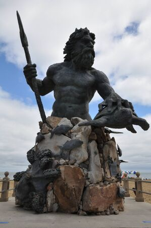 neptuno: Rey Neptuno Estatua en la entrada del Parque Neptuno en el paseo marítimo de Virginia Beach