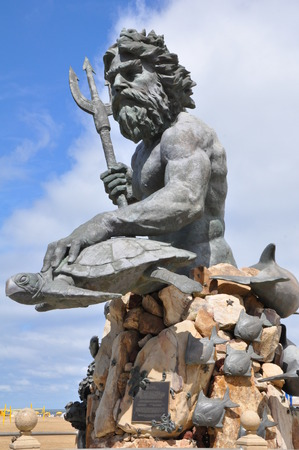 King Neptune Statue at the entrance of Neptune Park on the Virginia Beach boardwalk Reklamní fotografie - 46891484