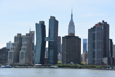 NEW YORK, NY - MAY 26: View of Manhattan Skyline, from Gantry Plaza State Park in Queens, New York, as seen on May 26, 2019. Manhattan is the most densely populated of the five boroughs of New York City. Publikacyjne
