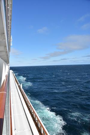 SAN DIEGO, KALIFORNIEN - 24. OKTOBER: Das Kreuzfahrtschiff Norwegian Bliss, das im Pazifischen Ozean segelt, wie am 24. Oktober 2018 zu sehen. Es wurde am 21. April 2018 in Dienst gestellt und ist das erste Kreuzfahrtschiff, das eine mehrstufige Rennstrecke als Teil seines Designs.