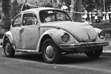 auto old: MILÁN, ITALIA-AGOSTO 9, 2014: alemán automóvil Volkswagen Escarabajo aparcado en la ciudad.