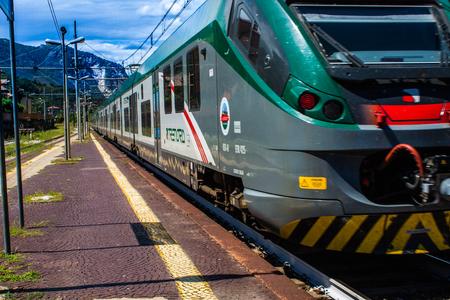 Stresa, Italië - 14 juli, 2016. Stresa station en aankomende trein Trenord Italia