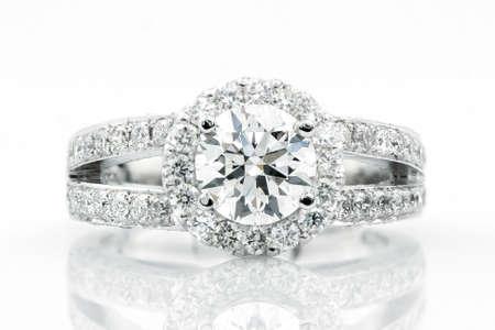 Verlobung: Diamant-Ring auf weißem Hintergrund Lizenzfreie Bilder