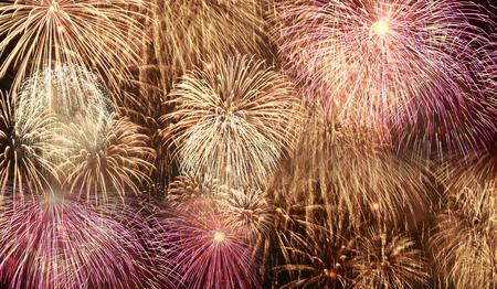 fuegos artificiales: Magníficos fuegos artificiales de colores de fondo. Foto de archivo