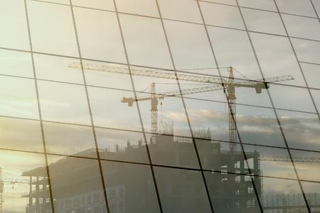 ingeniero civil: Edificio de cristal reflectante de trabajador de la construcci�n. Foto de archivo