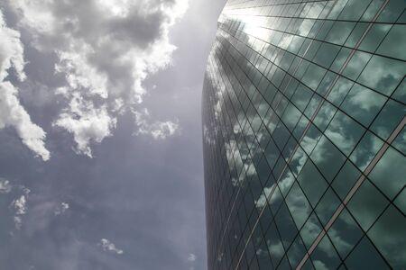 gobierno corporativo: Cristal de la torre moderna, hermosa reflexi�n de la ciudad.