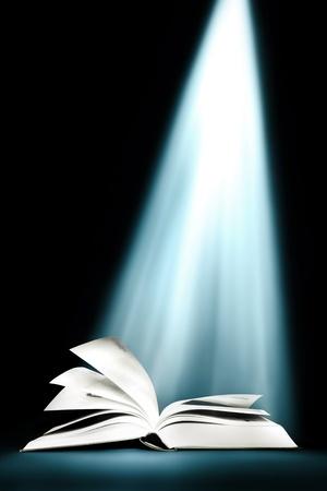 bible ouverte: A ouvert de livre magique avec la lumi�re magique