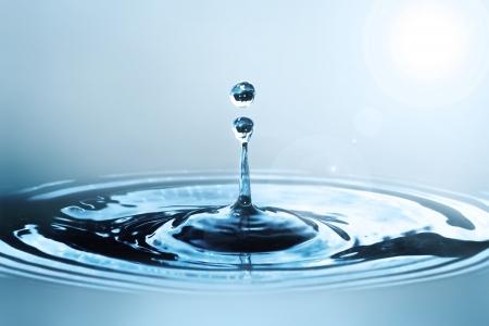 splash de agua: Gota de agua en la luz del sol
