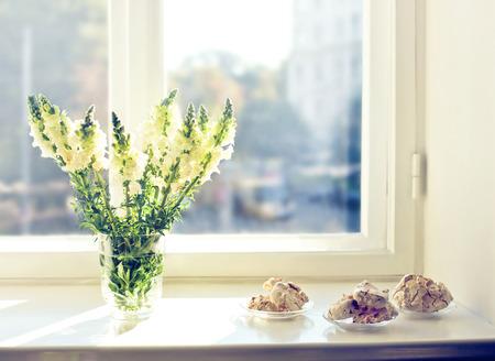 food on table: Fiori e dolci al mattino presto
