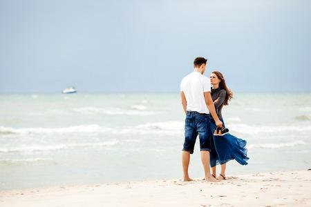 Coppia giovane sulla spiaggia.