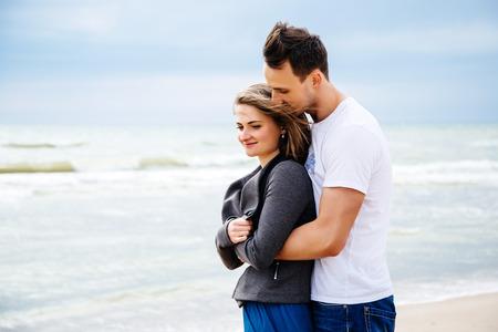 Coppia di innamorati in spiaggia.