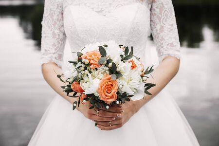 Sposa che tiene il mazzo di fiori. Archivio Fotografico
