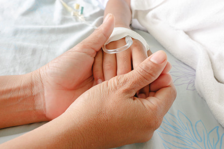 pacjent: Matka trzyma dziecko za rękę, którzy pacjenci gorączka mieć przewód IV. Zdjęcie Seryjne