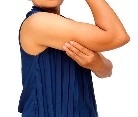 지방 배꼽과 큰 그녀의 팔을 가진 여자.