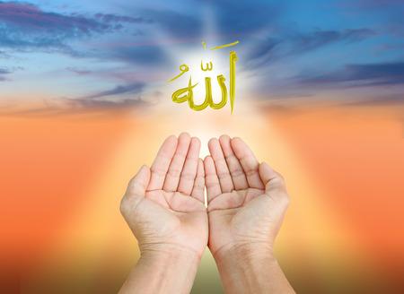 mano de dios: Las manos del hombre que ruega a allah dios del Islam en una palabras puestas de sol.El hechizo es Allah significa el Dios del Islam.