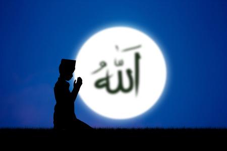 mano de dios: personas que rezan a Al� dios del Islam en azul palabras sky.The hechizo es Allah significa el Dios del Islam.