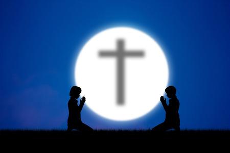 personas orando: Personas silueta abstracta rezando en el cielo azul en la noche de luna.