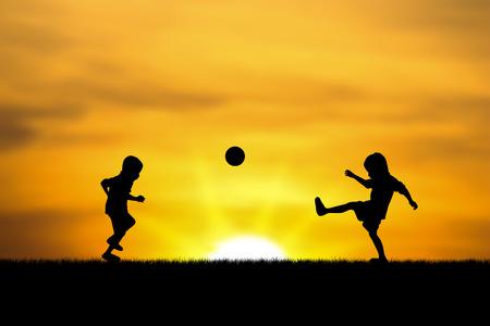 2 人の兄弟、男の子は日没でプレイします。 写真素材