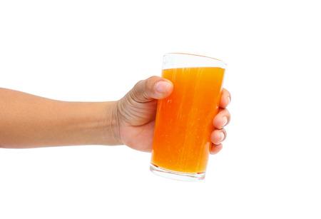 manos entrelazadas: mano que sostiene el vaso lleno de jugo de naranja sobre fondo blanco