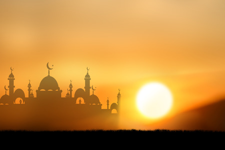 femmes muslim: Silhouette peuple musulman en prière au coucher du soleil.