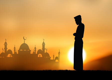 femmes muslim: Silhouette peuple musulman en pri�re au coucher du soleil.