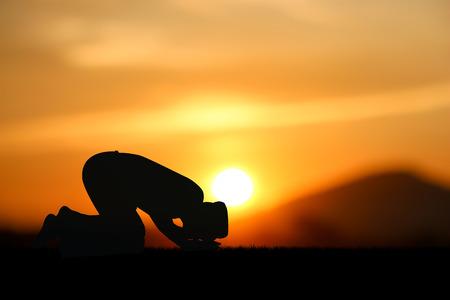 man bidden tot Allah de god van de islam op zonsondergang