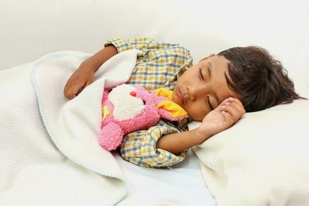 Little boy sleeping on bed 版權商用圖片 - 42597305