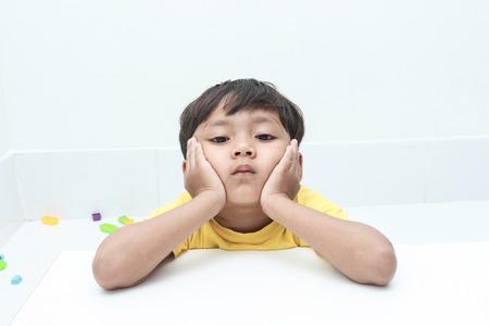 neutralizować: Mały chłopiec z nastrojowym emocji.