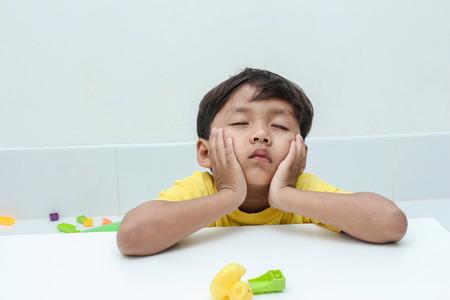 neutralizować: The little boy with moody emotion.