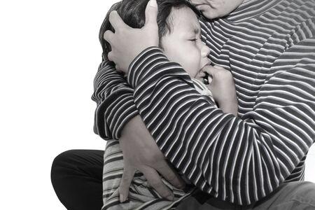 petite fille triste: Petit gar�on pleure dans les bras de sa m�re. Banque d'images