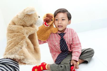 títere: El muchacho feliz con la mano de títeres Foto de archivo