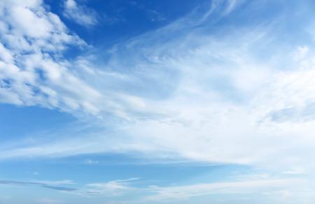 美しい青い空と白い雲。