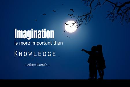 nene y nena: Cita inspirada de Albert Einstein sobre fondo de la noche. Foto de archivo