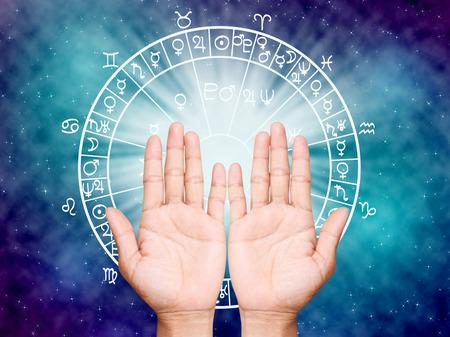 astrologie: Zwei offene Hände leer, das Horoskop Konzept.