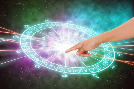 rueda de la fortuna: La mano y el fondo del concepto horóscopo.