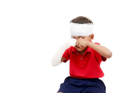 ni�os actuando: Ni�os heridos ha llorando y mostrando su brazo roto y vendado en la cabeza, un ni�o act�e con un paciente.