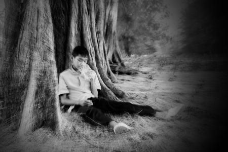 arrepentimiento: Borrosa del adolescente que tiene un medicamento en la mano, actuando por concepto problema adolescente. Foto de archivo