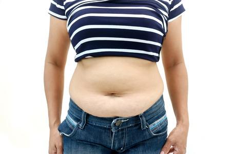 vientre femenino: superficie abdominal de la mujer gorda sobre fondo blanco.