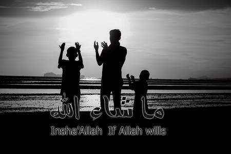 familia orando: Una silueta de la familia de orar, si Dios quiere, con la caligrafía árabe para las celebraciones de las tarjetas de felicitación, impresión o publicación en los sitios web.