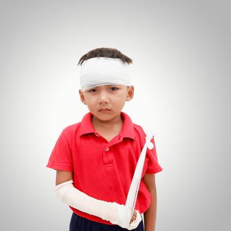 けがをした子供では頭に包帯を巻いてあり、しかめっ面と壊れた腕を示します。